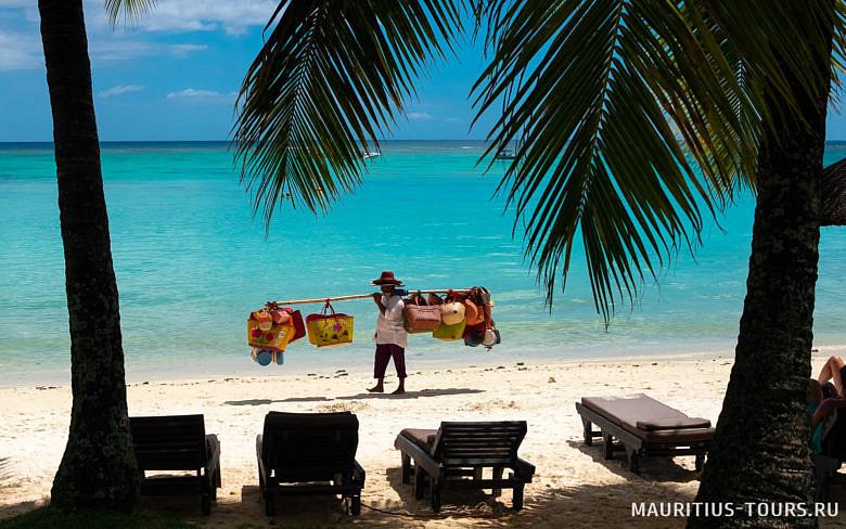 Продавцы сувениров на пляже Маврикия