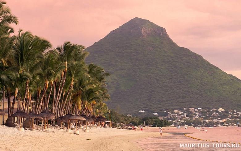 Пляж Флик-н-Флак на закате - один из лучших пляжей Маврикия