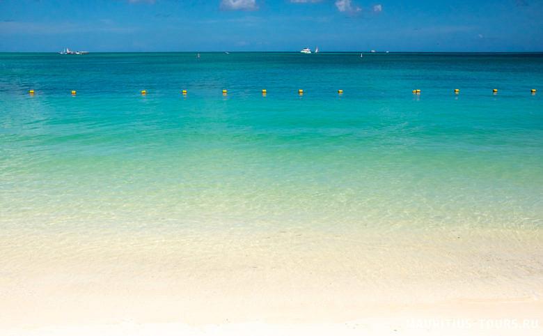 Вода на пляже Мон Шуази прозрачная и очень красивая