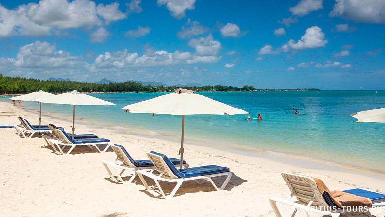 Лежаки на пляже Мон Шуази